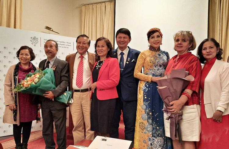 """Ra mắt """"Tuyển tập thơ Tiệp Khắc - Việt Nam"""" với hơn 260 bài thơ"""