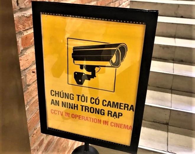 dam o trong thang may can lap ngay canh bao co camera