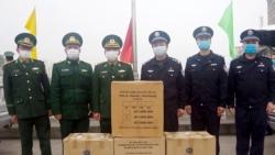 Biên phòng Việt Nam trao tặng gần 20.000 khẩu trang cho Trung Quốc