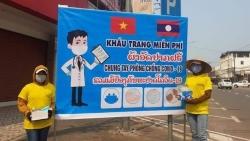 Người Việt tại Lào tặng khẩu trang miễn phí, tự nguyện cách ly an toàn trong mùa COVID-19