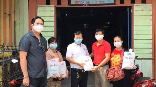 tong lanh su quan viet nam tai preah sihanouk campuchia tang khoang 3000 khau trang cho ba con goc viet