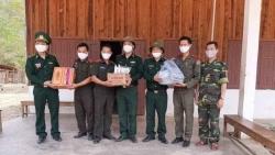 Biên phòng Nghệ An tặng nhu yếu phẩm giúp lực lượng chức năng Lào chống COVID-19