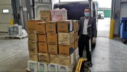Hội Người Việt Nam tại Vương Quốc Anh hỗ trợ 50 thùng khẩu trang và găng tay cho cơ quan y tế NHS
