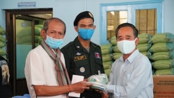 Hội Khmer-Việt Nam trao 200 suất quà cho cộng đồng Campuchia gốc Việt