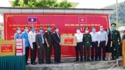 Nghệ An trao hơn 700 triệu tiền quà tặng giúp tỉnh Xieng Khoang (Lào) chống COVID-19