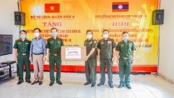 Quân khu 4 trao hơn 2 tỷ đồng tiền vật tư y tế hỗ trợ Lào chống COVID-19