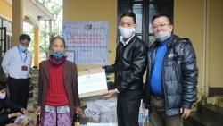 vinacapital foundation trao 5 tan gao giup ba con thanh pho ho chi minh khac phuc hau qua covid 19