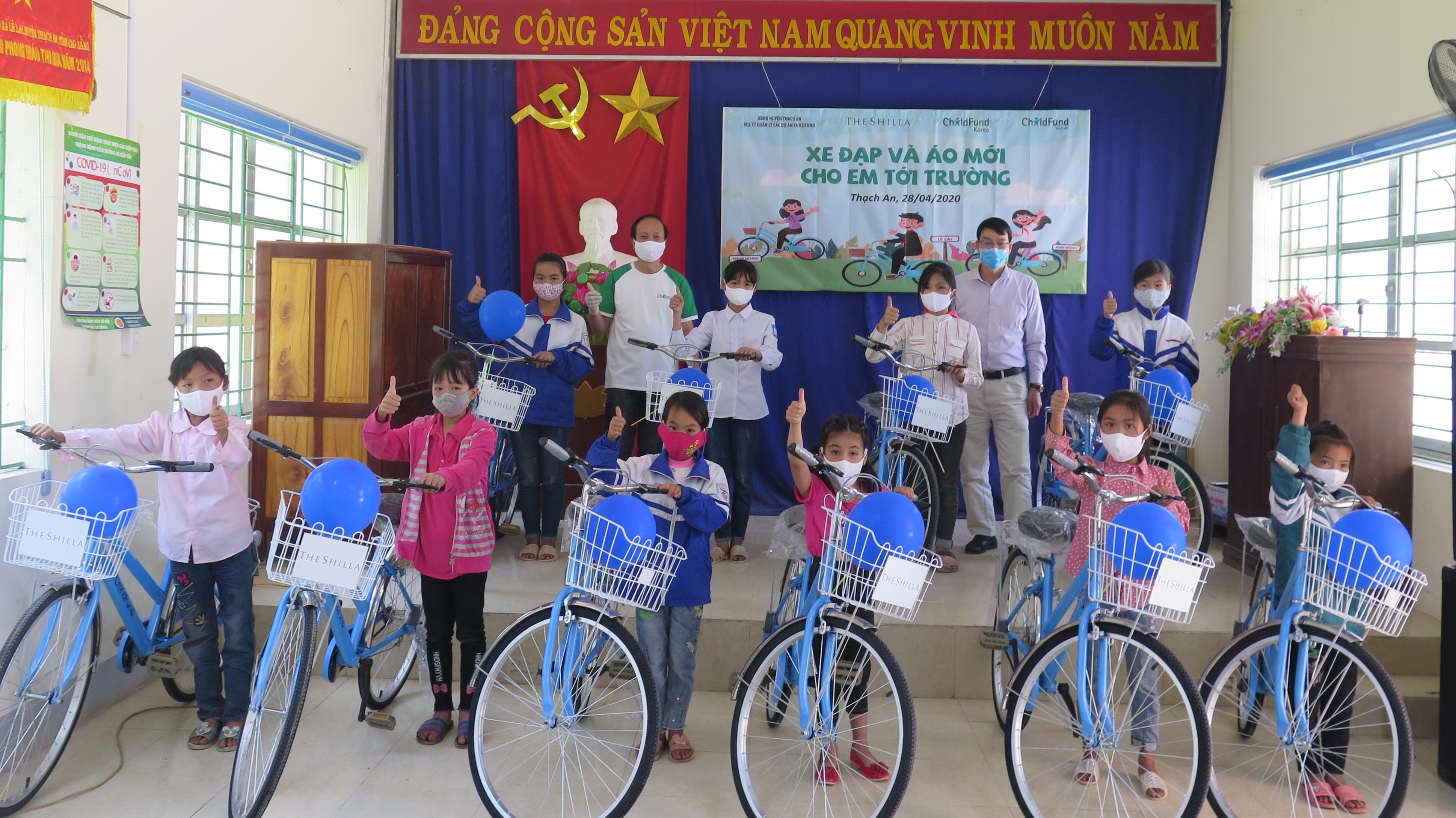childfund trao tang xe dap cho tre em ngheo tai bac kan va cao bang