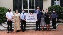 Hội Hữu nghị Việt Nam - Đức trao 80.000 khẩu trang giúp nhân dân nước bạn chống COVID-19