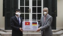 Cựu du học sinh Đức ủng hộ 5.000 khẩu trang giúp Đức chống COVID-19