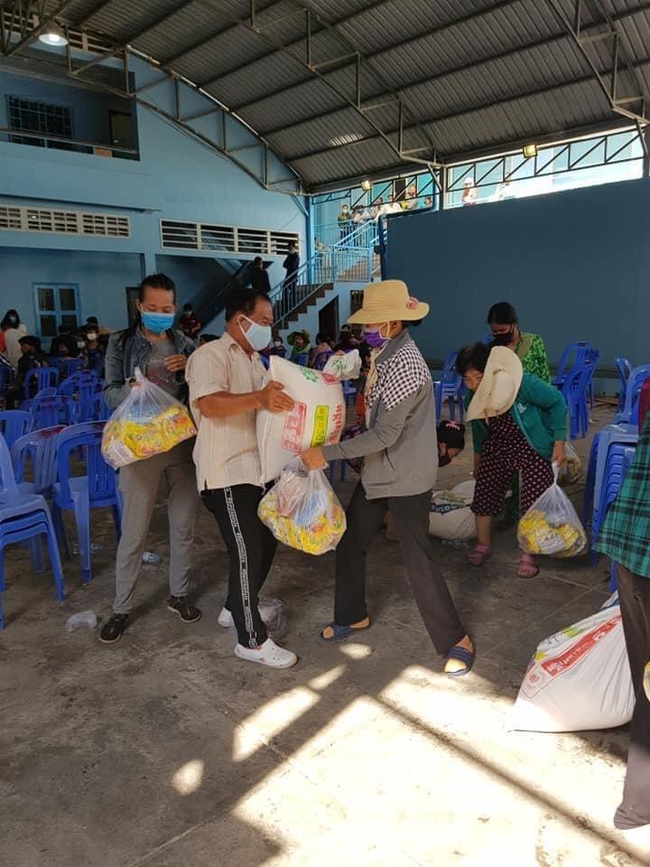 hoi khmer viet nam tai campuchia trao hon 400 suat qua giup ba con goc viet khac phuc covid 19