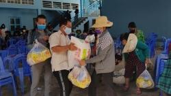 Hội Khmer-Việt Nam tại Campuchia trao hơn 400 suất quà giúp bà con gốc Việt khắc phục COVID-19