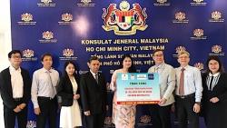 hufo trao tang 7500 khau trang va 100 lit dung dich sat khuan cho nhan dan malaysia