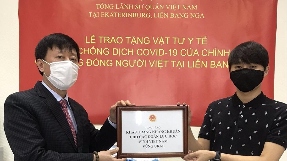 chinh phu viet nam gui tang 18000 khau trang cho cong dong nguoi viet o mien trung lien bang nga