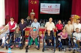 lawrence sting cung dong hanh trao 25 xe lan xe lac cho nguoi khuyet tat huyen hung nguyen tinh nghe an