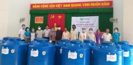 ADRA trao tặng bồn nước hỗ trợ cho 200 hộ dân nghèo tại Trà Ôn, Vĩnh Long khắc phục hạn mặn
