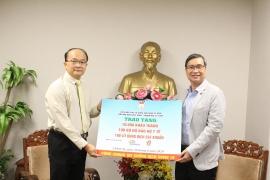 HUFO, Hội Hữu nghị Việt Nam - Singapore thành phố Hồ Chí Minh trao tặng 10.000 khẩu trang giúp nước bạn phòng, chống COVID-19