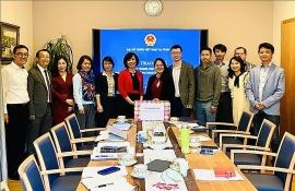 Đại sứ quán Việt Nam tại Thụy Sĩ trao tặng khẩu trang hỗ trợ AVIES và AVYS phòng, chống COVID-19