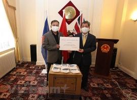 Uỷ ban NVNONN tặng 10.000 khẩu trang cho cộng đồng người Việt Nam tại Anh chống COVID-19
