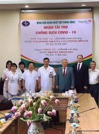 Nga và Ukraina tài trợ thuốc trị giá hơn 40.000 USD giúp Bệnh viện nhiệt đới Trung ương, Hà Nội điều trị COVID-19