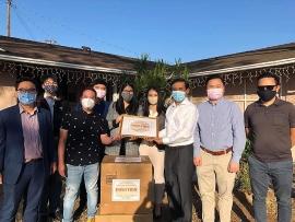 Tổng lãnh sự quán Việt Nam tại San Francisco trao 15.000 khẩu trang giúp bà con Việt kiều chống COVID-19