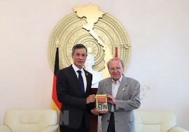 Nhà báo Đức Hellmut Kapfenberger nhận Huân chương Hữu nghị của Việt Nam
