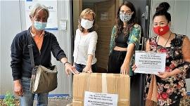 Người Việt tại Đức trao 900 khẩu trang giúp nhân dân Berlin chống COVID-19