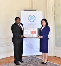 Quốc hội Việt Nam tặng khẩu trang cho Ban thư ký IPU