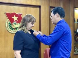 """Trao kỷ niệm chương """"Vì thế hệ trẻ"""" cho Phó Đại sứ Cuba tại Việt Nam"""
