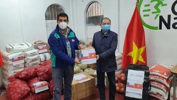 Đại sứ quán Việt Nam tại Chile trao quà giúp địa phương nước sở tại chống COVID-19