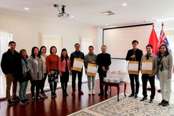 Đại sứ quán Việt Nam tại Australia trao tặng 5.000 khẩu trang giúp kiều bào vượt COVID-19