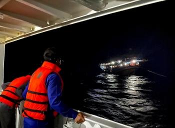 Tàu kiểm ngư cứu 40 ngư dân trên biển