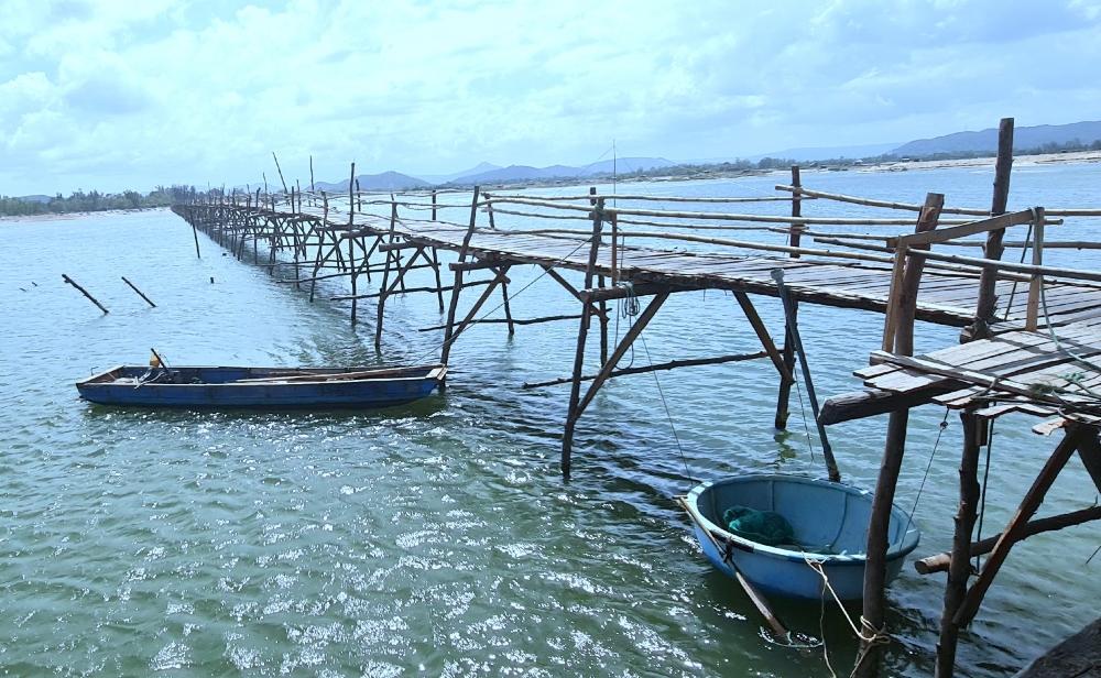 Cây cầu gỗ nối đôi bờ xứ Nẫu