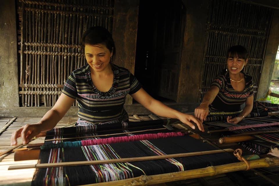 Giữ màu cho nghề dệt H'rê