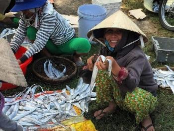 Phơi cá hố ở làng chài