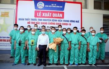 Bệnh viện Trung ương Huế cử đoàn bác sỹ giỏi đến hỗ trợ tâm dịch Bắc Giang