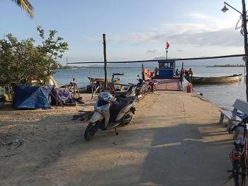 Thiếu nước ngọt, hàng chục hộ dân ở xã đảo Tam Hải nhọc nhằn đi xin nước
