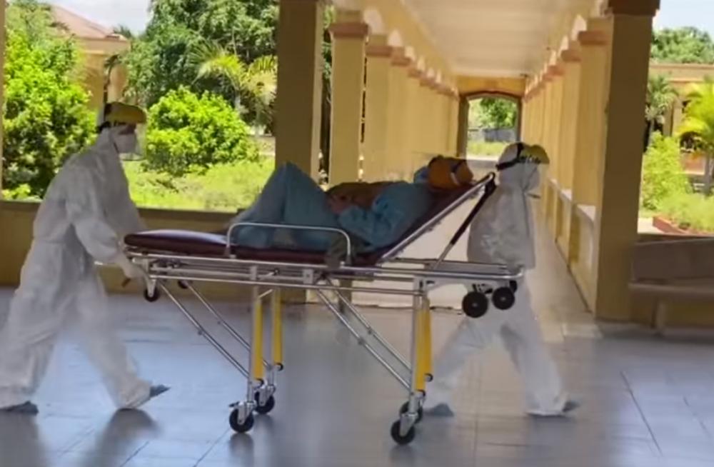 Kíp mổ bắt con thành công bé gái nặng 3kg khi người mẹ mắc Covid-19 tại Quảng Ngãi