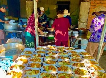 Giữa mùa dịch bệnh, ấm lòng với bếp cơm từ thiện cho người nghèo, bệnh nhân nghèo ở xứ Nẫu