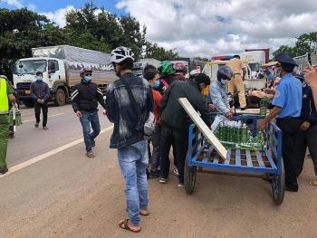 Hàng ngàn người về quê được hỗ trợ xăng, nước uống, lương thực