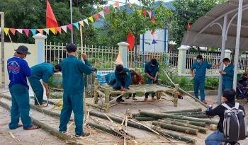 Người dân vùng núi Ba Tơ đốn tre làm giường tặng khu cách ly