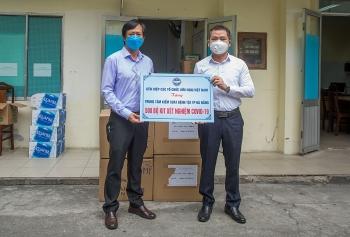 Liên hiệp các tổ chức Hữu nghị Việt Nam trao 500 bộ kit xét nghiệm COVID-19 cho CDC Đà Nẵng