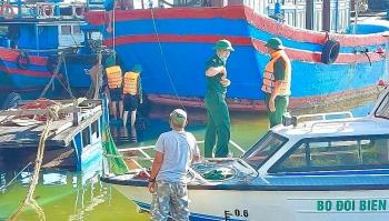Bộ đội biên phòng Đà Nẵng điều lực lượng cứu tàu cá bị chìm của ngư dân