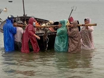 Ngư dân Đà Nẵng hối hả đội mưa kéo tàu thuyền chạy bão