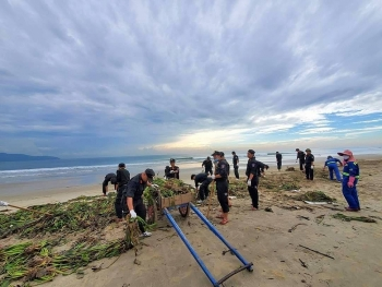 Công an Đà Nẵng xuống biển dọn rác cùng người dân sau bão