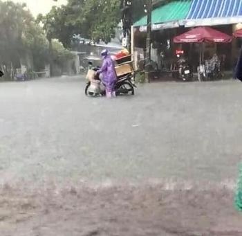 Nhiều tuyến đường ở Đà Nẵng - Quảng Nam chìm trong biển nước do mưa lớn