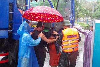 Những hình ảnh đẹp trong mưa lũ ở miền Trung