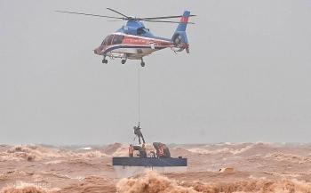 Toàn cảnh giải cứu thuyền viên trên tàu mắc cạn ở cảng Cửa Việt