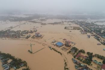 Lũ lên nhanh ở Quảng Trị, lực lượng cứu hộ căng mình xuyên đêm ứng cứu người dân