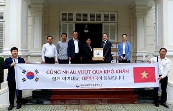 Tổng Lãnh sự quán Hàn Quốc tại Đà Nẵng trao 200 phần quà ủng hộ phòng, chống dịch Covid-19